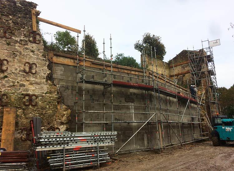 Reconstruction d'un mur historique à Bazas (33)
